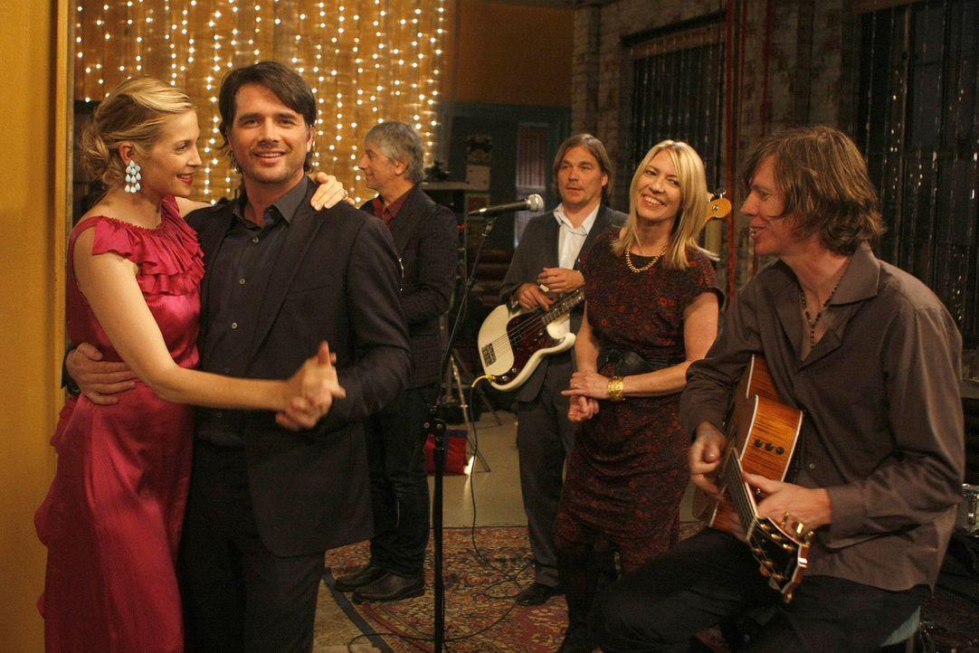 Jetzt noch der obligatorische Hochzeitstanz und dann is der Bund zwischen Lily (Kelly Rutherford, l.) und Rufus (Matthew Settle, r.) besiegelt. - Bildquelle: Warner Brothers