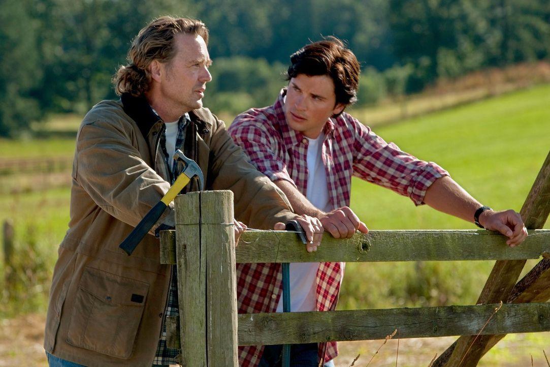 Während er überlegt, welche Wahl er treffen soll, sieht Clark (Tom Welling, r.) in seinem Status zwischen Leben und Tod die wichtigsten Personen in... - Bildquelle: Warner Bros.