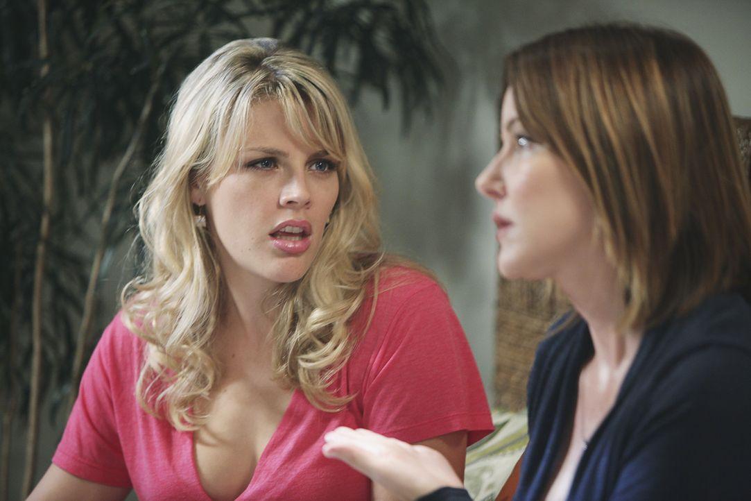 Jules hat Geburtstag. Ein Grund zur Freude, würden sich ihre besten Freundinnen Ellie (Christa Miller, r.) und Laurie (Busy Philipps, l.) nicht st - Bildquelle: 2009 ABC INC.