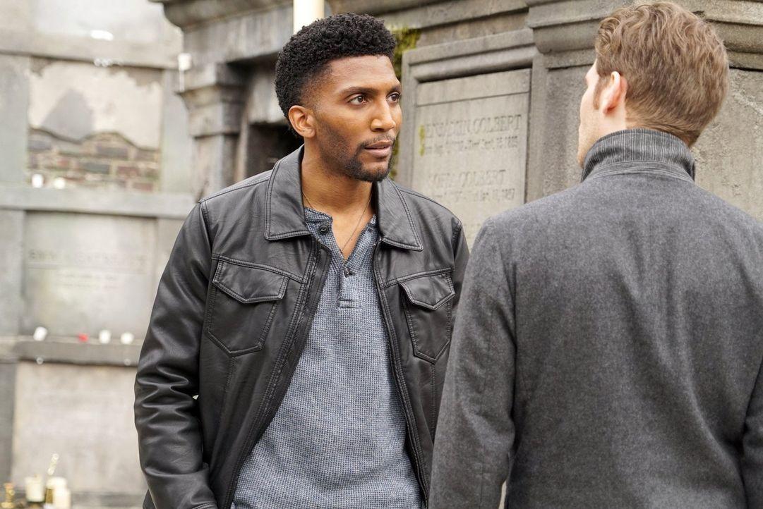 Vincent (Yusuf Gatewood, l.) arbeitet mit Cami zusammen, die verzweifelt versucht, Klaus (Joseph Morgan, r.) und seine Familie zu erpressen, und bri... - Bildquelle: Warner Bros. Entertainment, Inc.