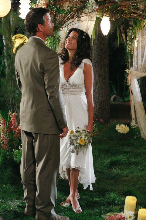 Schwören sich die ewige Liebe: Susan (Teri Hatcher, r.) und Mike (James Denton, l.) ... - Bildquelle: 2005 Touchstone Television  All Rights Reserved