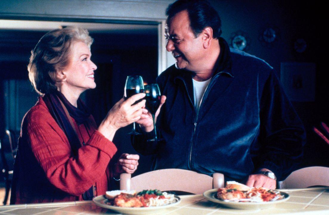 Feiern einen 400 Dollar-Bingo Gewinn: Dolly (Heather Paige Kent, l.) und Frank (Paul Sorvino, r.) ... - Bildquelle: CBS Television