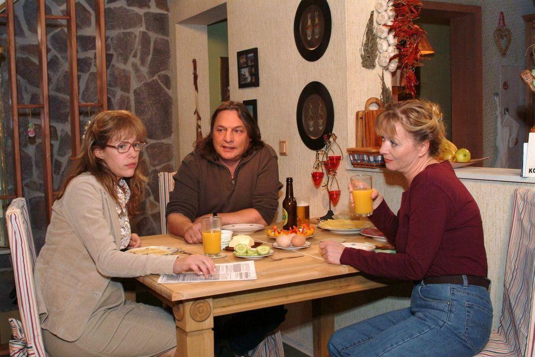Am Abend berichtet die geknickte, aber keineswegs gebrochene Lisa (Alexandra Neldel, l.) ihren Eltern Helga (Ulrike Mai, r.) und Bernd (Volker Herol... - Bildquelle: Sat.1