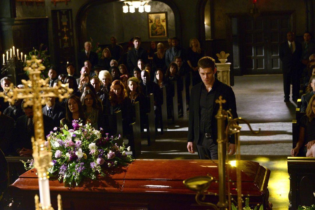 Sogar für Klaus (Joseph Morgan, M.) ist der Abschied von Pater Kieran schwer ... - Bildquelle: Warner Bros. Television