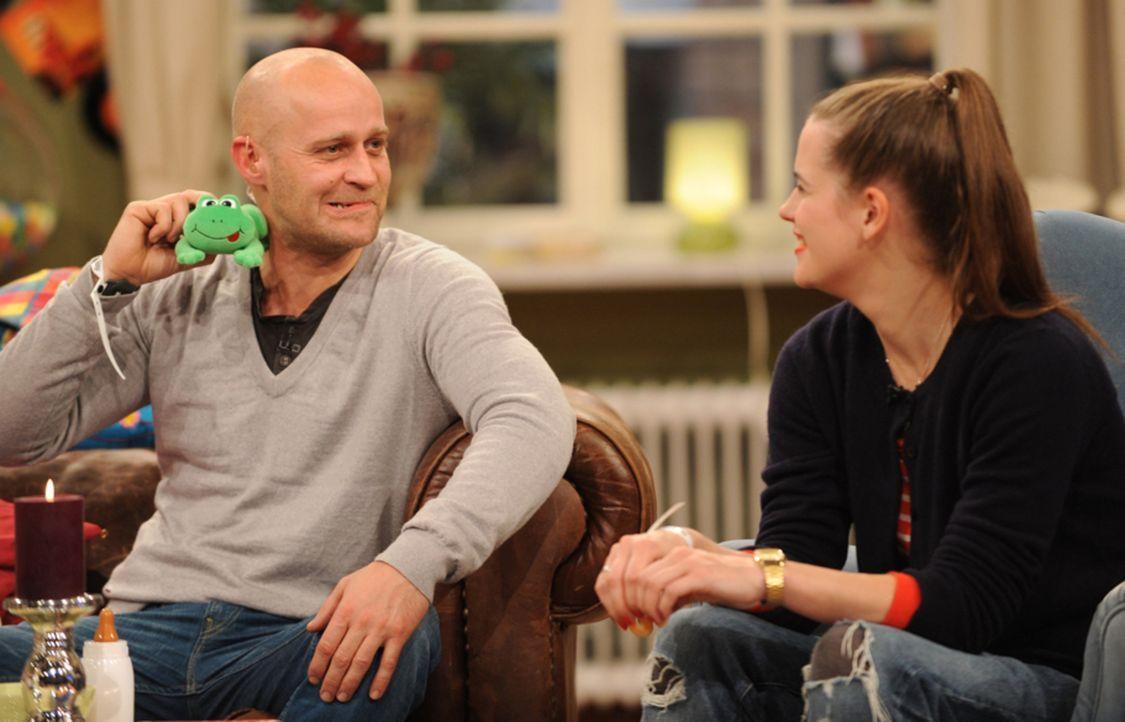 Jürgen (Jürgen Vogel, l.) hat die Hauptrolle im neuen Rosamunde Pilcher-Film ergattert. Er wird dort den erfolgreichen Chefarzt einer Kinderklinik s... - Bildquelle: Jörg Carstensen SAT.1