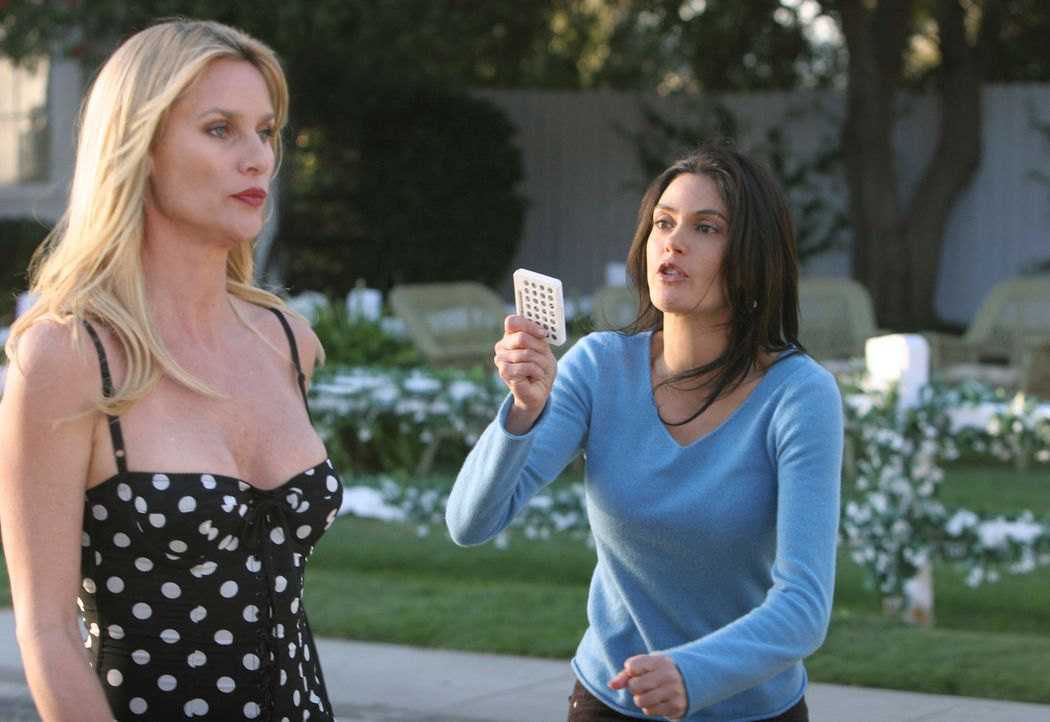 Susan (Teri Hatcher, r.) stellt Edie (Nicollette Sheridan, l.) zur Rede, warum sie hinter ihrem Rücken Julie die Pille besorgt hat ... - Bildquelle: 2005 Touchstone Television  All Rights Reserved