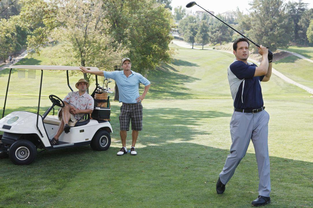 Um Bobby (Brian Van Holt, M.), ihren deprimierten Ex-Mann, etwas aufzuheitern, bittet Jules Grayson (Josh Hopkins, r.) und Andy (Ian Gomez, l.), mit... - Bildquelle: 2009 ABC INC.