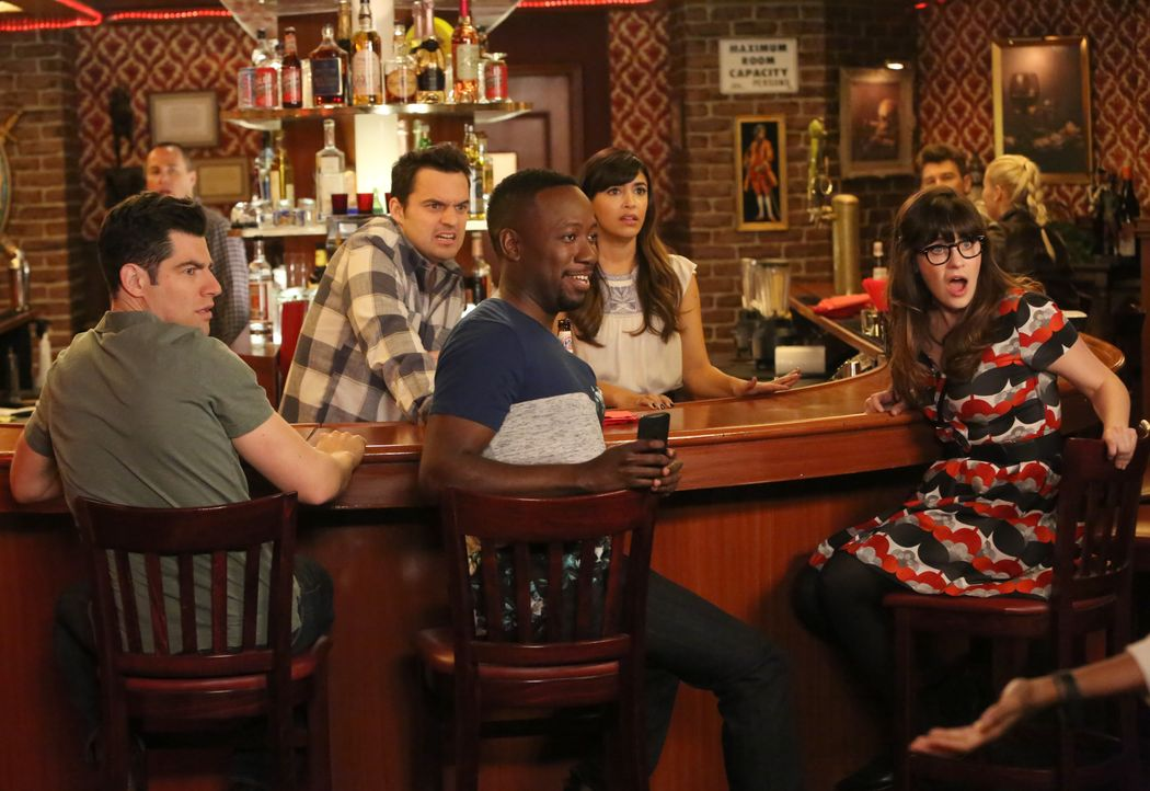 Als eine angeblich verletzte Frau in der Bar auftaucht, sind (v.l.n.r.) Schmidt (Max Greenfield), Nick (Jake Johnson), Cece (Hannah Simone) und Jess... - Bildquelle: Patrick McElhenney 2016 Fox and its related entities. All rights reserved. / Patrick McElhenney