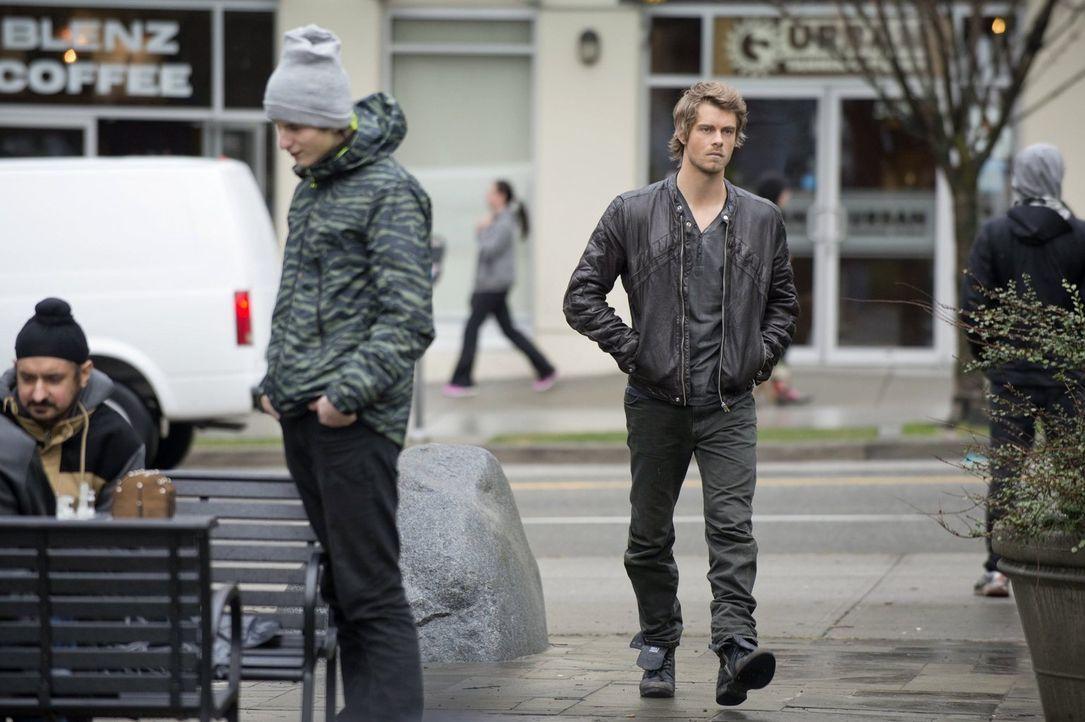 """John (Luke Mitchell, r.) muss mit dem Mord an Cassie fertig werden und gleichzeitig mit den angeblichen Veränderungen bei """"Ultra"""" ... - Bildquelle: Warner Bros. Entertainment, Inc"""