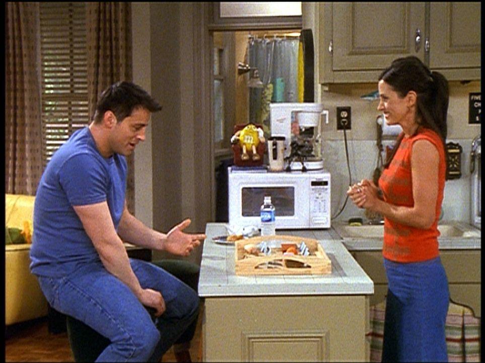 Joey (Matt LeBlanc, l.) muss in seinem Film sein bestes Stück irgendwie dekorieren. Monica (Courteney Cox, r.) lässt sich etwas einfallen ... - Bildquelle: TM+  2000 WARNER BROS.