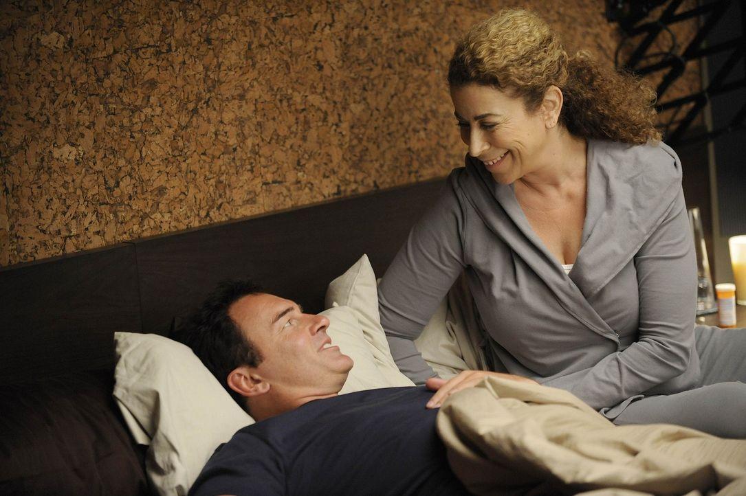 Kommen sich näher: Christian (Julian McMahon, l.) und Liz (Roma Maffia, r.) ... - Bildquelle: Warner Bros. Entertainment Inc. All Rights Reserved.