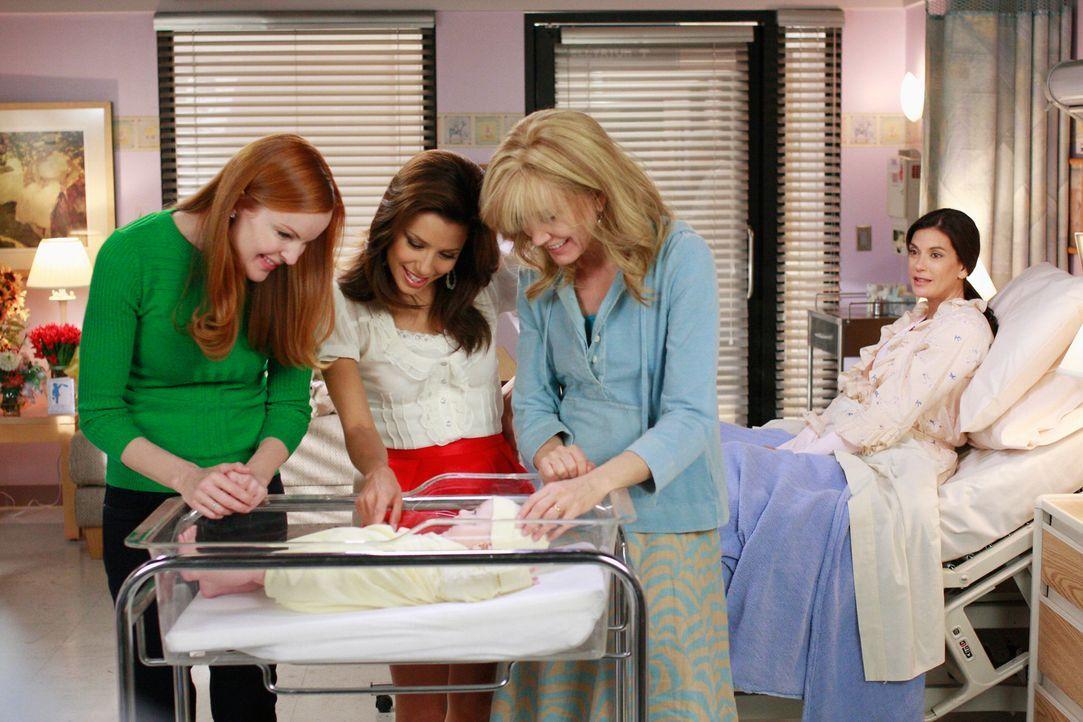 Bree (Marcia Cross, l.), Gabrielle (Eva Longoria, 2.v.l.) und Lynette (Felicity Huffman, 2.v.r.) besuchen Susan (Teri Hatcher, r.) und ihren Sohn im... - Bildquelle: ABC Studios