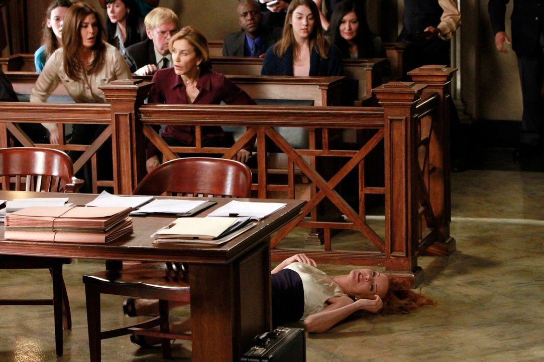 Susan (Teri Hatcher, vorne l.) und Lynette (Felicity Huffman, vorne r.) machen sich große Sorgen um Bree (Marcia Cross, liegend), die während dem Pr... - Bildquelle: ABC Studios