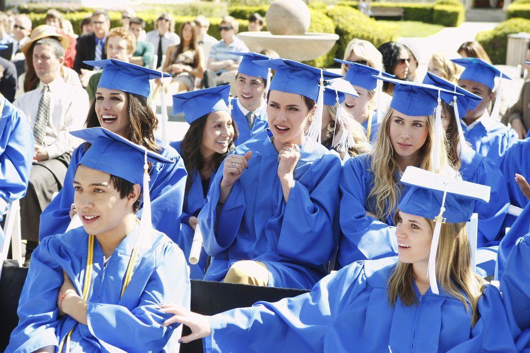 Feiern ihren Abschluss an der Beverly Hills High (v.l.n.r.): Annie (Shenae Grimes), Erin (Jessica Stroup) und Ivy (Gillian Zinser) - Bildquelle: TM &   2011 CBS Studios Inc. All Rights Reserved.