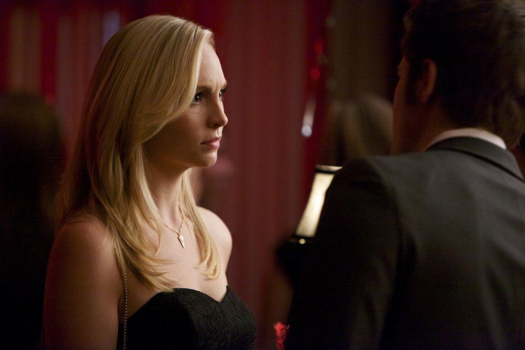 Caroline riecht den Braten - Bildquelle: Warner Bros. Entertainment Inc.