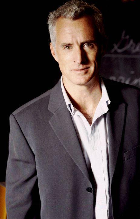 Der durchaus attraktive Schuldirektor Dennis Martino (John Slattery) lässt so manche Herzen höher schlagen ... - Bildquelle: Paramount