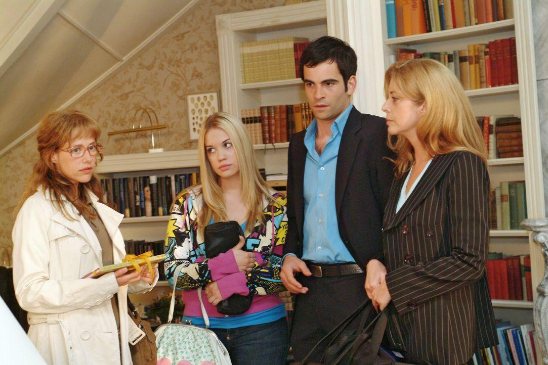 Lisa (Alexandra Neldel, l.) bekommt wieder einmal zu spüren, dass sie von Laura Seidel (Olivia Pascal, r.) nicht erwünscht ist. Im Beisein von Kim (... - Bildquelle: Monika Schürle SAT.1 / Monika Schürle
