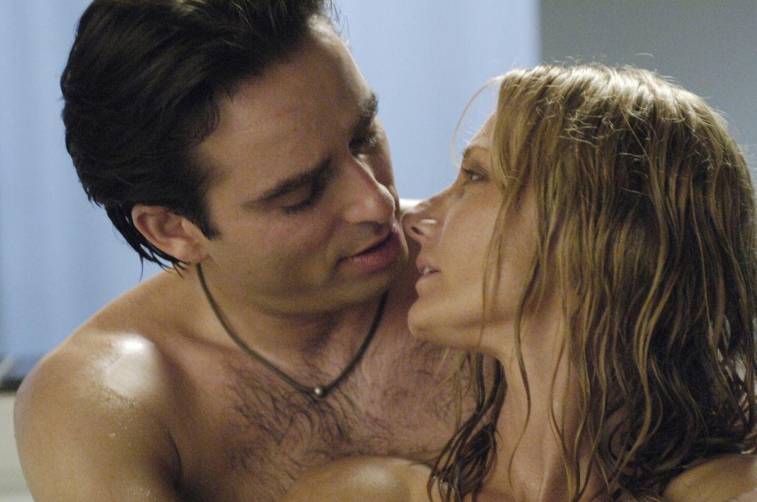 Sean will Quentin (Bruno Campos, l.) feuern, als er erfährt, dass dieser mit Julia (Joely Richardson, r.) etwas laufen hat ... - Bildquelle: TM and   2005 Warner Bros. Entertainment Inc. All Rights Reserved.