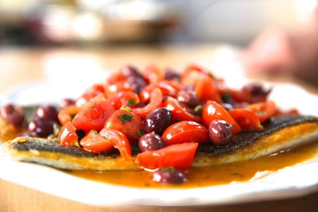 Mit Zutaten aus Sorrento zaubert Giada einen Seebarsch, den so schnell kein Gaumen vergessen wird ... - Bildquelle: 2015,Television Food Network, G.P. All Rights Reserved