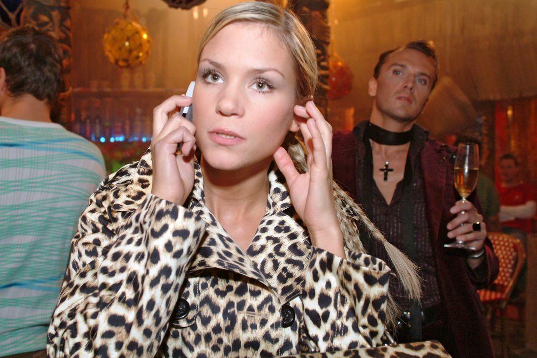 Während Sabrina (Nina-Friederike Gnädig, l.) mit Richard telefoniert, wird sie von Hugo (Hubertus Regout, r.) wegen ihres unpassenden Outfits abschä... - Bildquelle: Monika Schürle SAT.1 / Monika Schürle