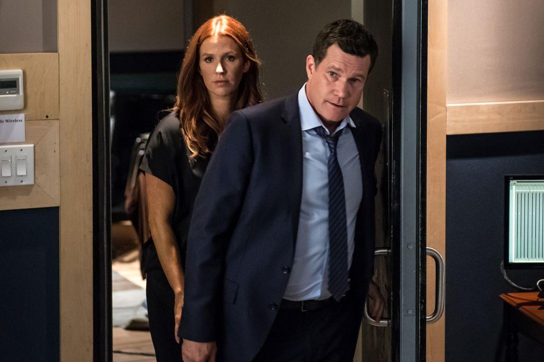Während Carrie (Poppy Montgomery, l.) und Al (Dylan Walsh, r.) nach dem Mörder suchen, brodelt die Gerüchteküche, denn Sayers hat sich zu Lebzeiten... - Bildquelle: 2014 Broadcasting Inc. All Rights Reserved.