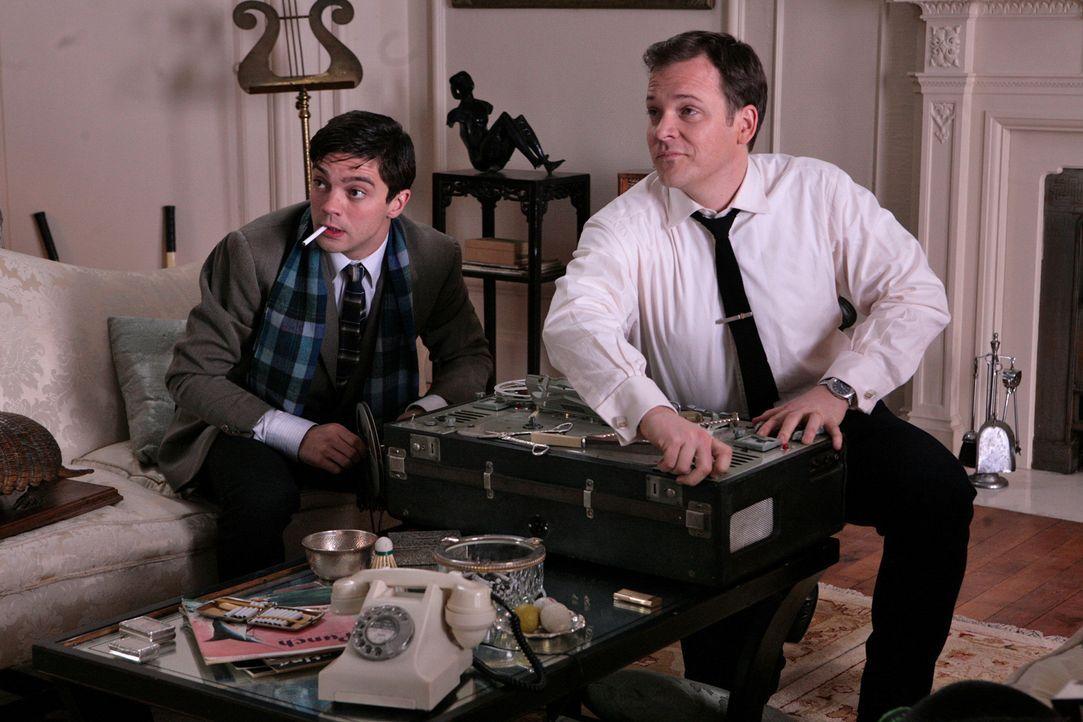 Auch sein guter Freund Danny (Dominic Cooper, l.) weiß, dass David (Peter Sarsgaard, r.) nicht der ist, für den er sich gerne ausgibt ... - Bildquelle: 2009 An Education Distribution Limited. All Rights Reserved.