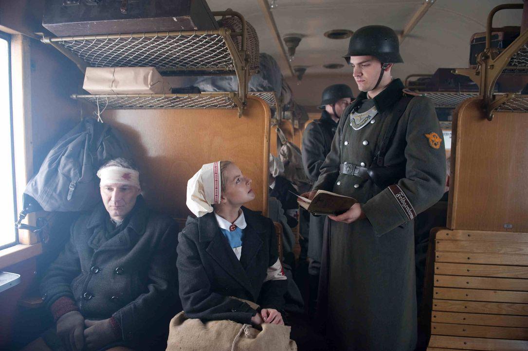 1944: Als Ellen (Yvonne Catterfeld, M.) erfährt, dass Hans' U-Boot einen Maschinenschaden hatte und in Norwegen festhängt, wagt sie sich auf eine... - Bildquelle: Nicolas Maack SAT.1