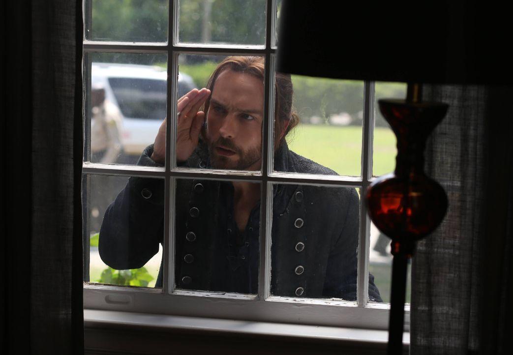 Im Haus des verschwundenen Mädchens macht Ichabod (Tom Mison) eine interessante Entdeckung ... - Bildquelle: 2014 Fox and its related entities. All rights reserved.