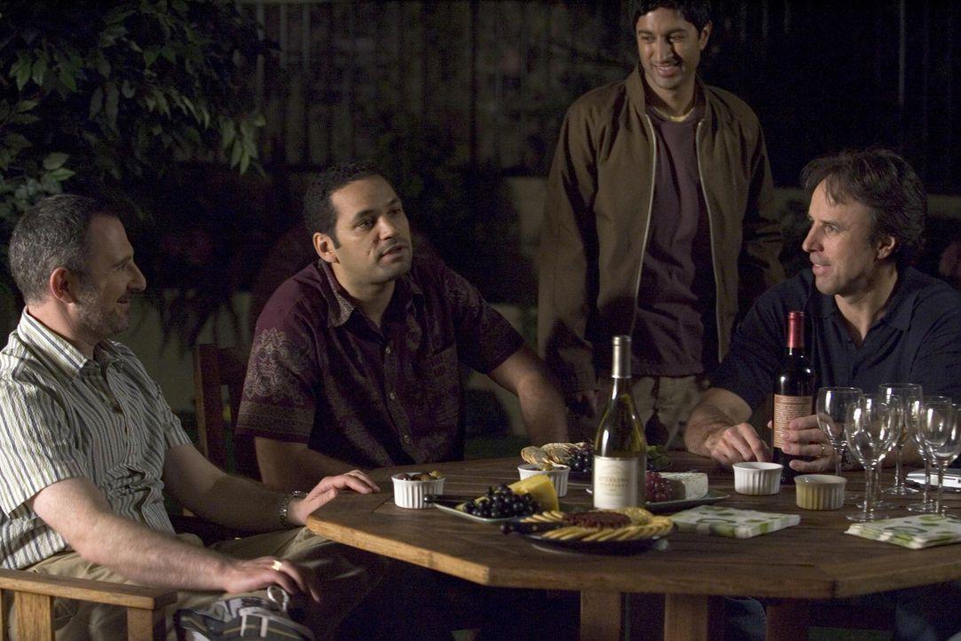 Conrad trifft sich heimlich mit Nancy und die beiden beschließen mit Doug (Kevin Nealon, r.), Andy, Alejandro (Vincent Laresca, 2.v.r.), Sanjay (Ma... - Bildquelle: Lions Gate Television
