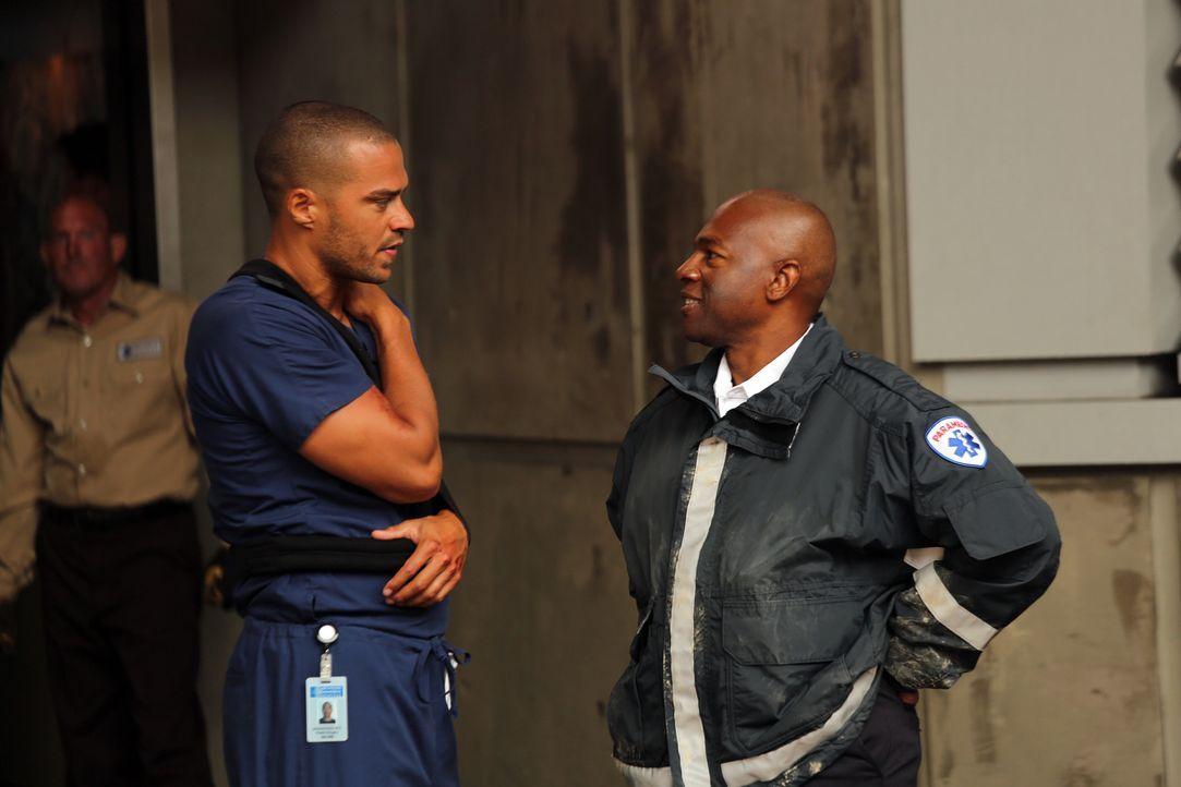 Im Krankenhaus muss sich auch Jackson (Jesse Williams, l.) mit den Folgen des schweren Sturms auseinandersetzen ... - Bildquelle: ABC Studios