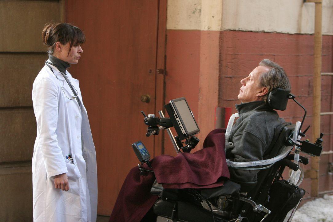 Abby (Maura Tierney, l.) ist bestürzt, als sie in einem Patienten, ihren ehemaligen Universitätsdozenten und Professor der Biochemie, Dr. Nate Lenno... - Bildquelle: Warner Bros. Television