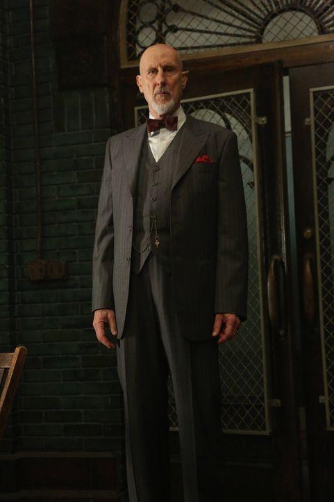 Dr. Arden (James Cromwell) hat eine schockierende Begegnung im Kellergewölbe der Klinik ...