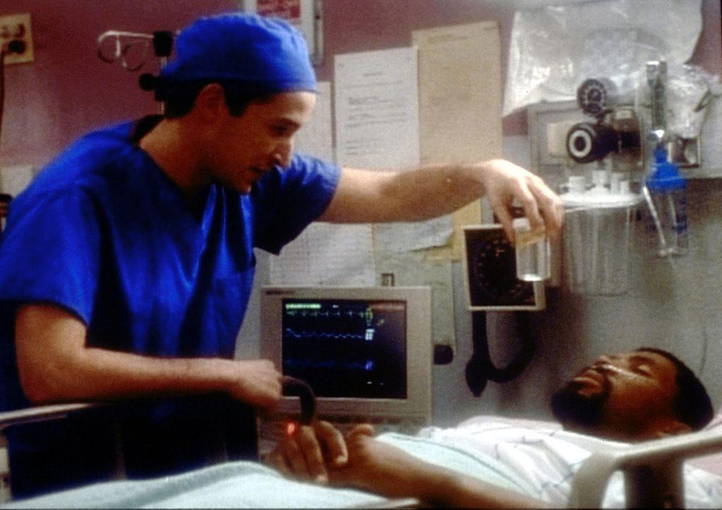 Das ist die Chance für Carter (Noah Wyle, l.): Der strenge Lehrer Benton (Eriq LaSalle, r.) ist mit einer akuten Blinddarmentzündung eingeliefert... - Bildquelle: TM+  2000 WARNER BROS.