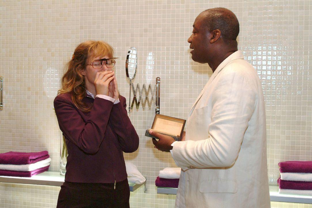 Dank Nelson Krüger (John E. Yamoah, r.) erkennt Lisa (Alexandra Neldel, l.), dass sie Richard überlegen ist. (Dieses Foto von Alexandra Neldel darf... - Bildquelle: Monika Schürle SAT.1 / Monika Schürle