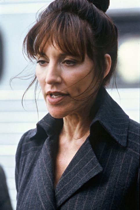 Abteilungsleiterin Jo (Katey Sagal) erkennt schon bald, dass Max' verpfuschte gute Tat im Nachhinein ein Geschenk des Himmels ist ... - Bildquelle: TM &   2012 CBS Studios Inc. All Rights Reserved.