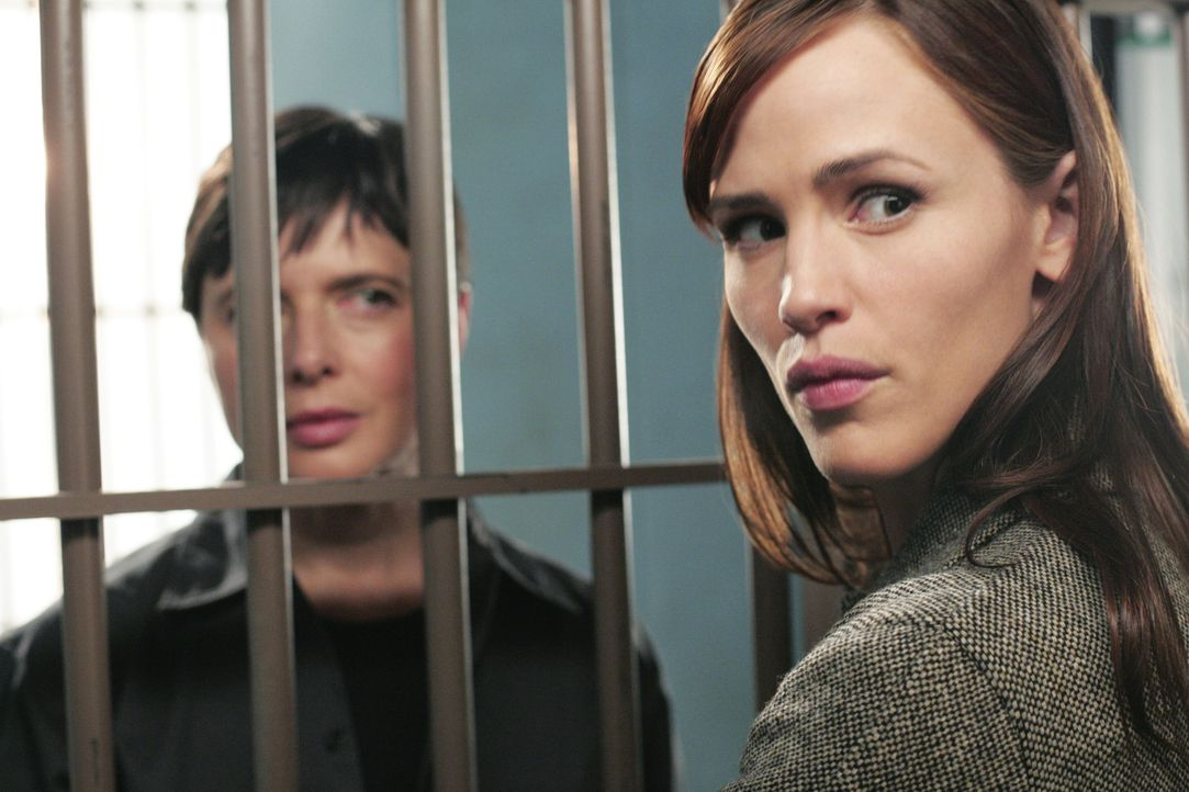 Sydney (Jennifer Garner, r.) besucht ihre Tante Katya (Isabella Rossellini, l.) im Gefängnis ... - Bildquelle: Touchstone Television