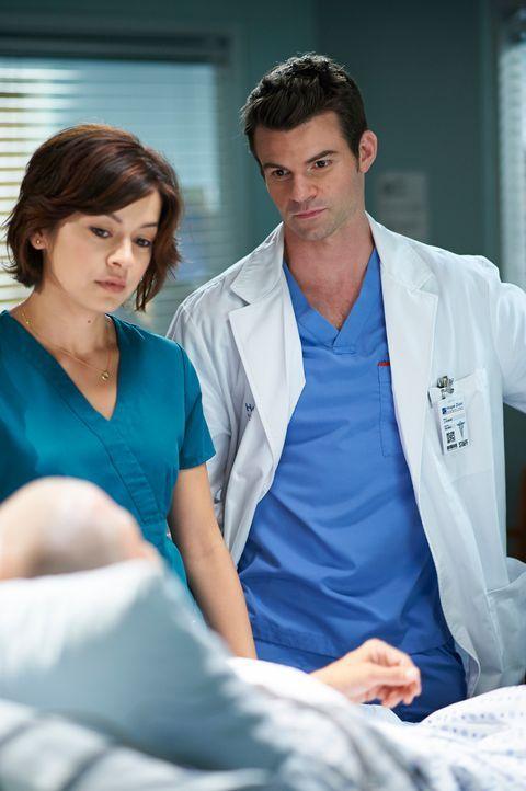 Ihre Patienten brauchen häufig mehr, als nur medizinische Hilfe: Joel (Daniel Gillies, r.) und Maggie (Julia Taylor Ross, l.) ... - Bildquelle: 2012  Hope Zee One Inc.
