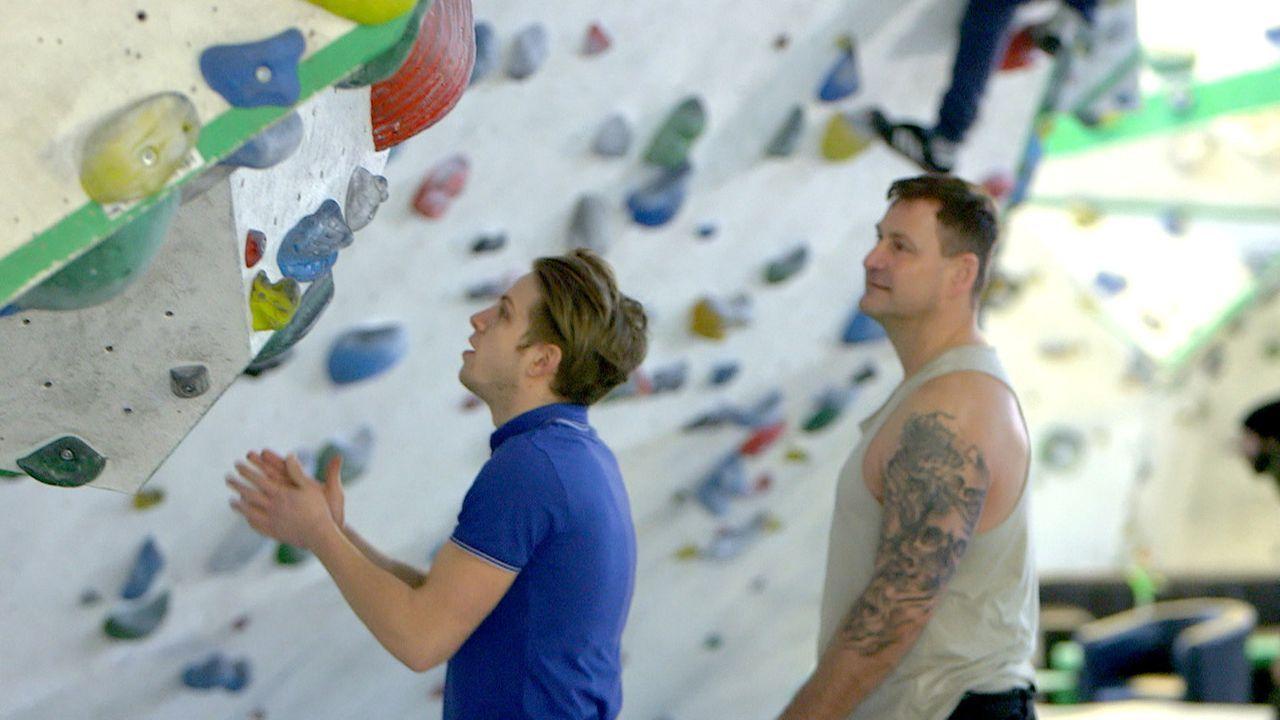 Ralf (r.) versucht weiterhin, einen Draht zu seinem Sohn David (l.) zu bekommen - und trifft eine Entscheidung, die Christina schockiert ... - Bildquelle: SAT.1