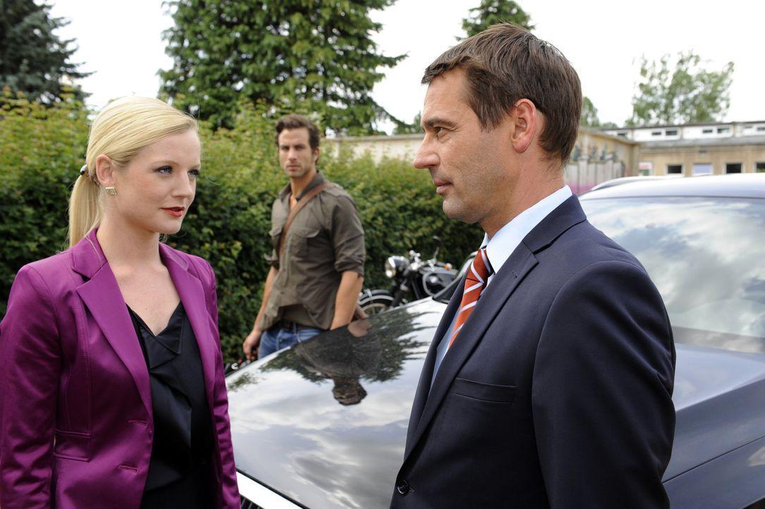 Helena (Kim Sarah Brandts, l.) gibt sich Stefan (Ulrich Drewes, r.) gegenüber siegesgewiss, obwohl sie ahnt, dass Michael (Andreas Jancke, M.) mehr... - Bildquelle: SAT.1