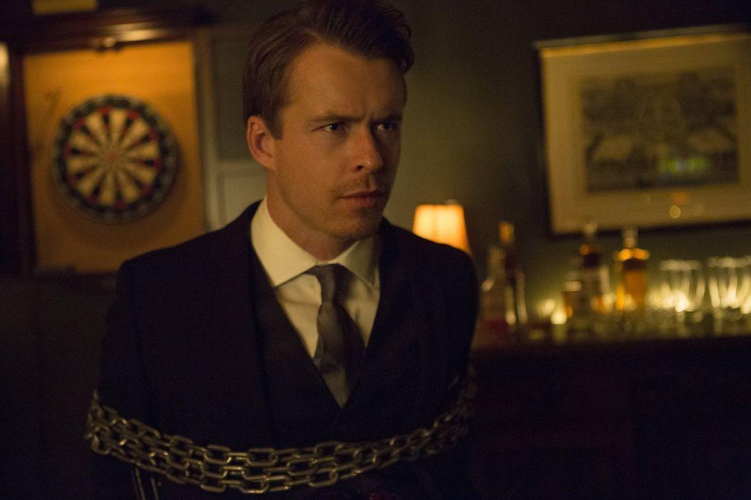 Ausgerechnet an dem Tag, an dem Caroline Stefan von ihrer Schwangerschaft erzählt, wollen die Salvatores Julian (Todd Lasance) endgültig zur Strecke... - Bildquelle: Warner Bros. Entertainment Inc.