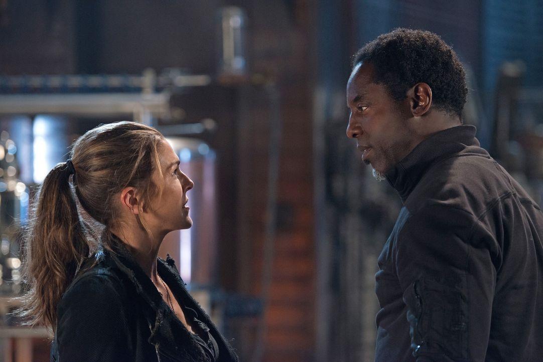 Ein kurzer Augenblick reicht, damit Abigail (Paige Turco, l.) bewusst wird, dass Jahas (Isaiah Washington, r.) Wundermittel nicht ohne Nebeneffekte... - Bildquelle: 2014 Warner Brothers
