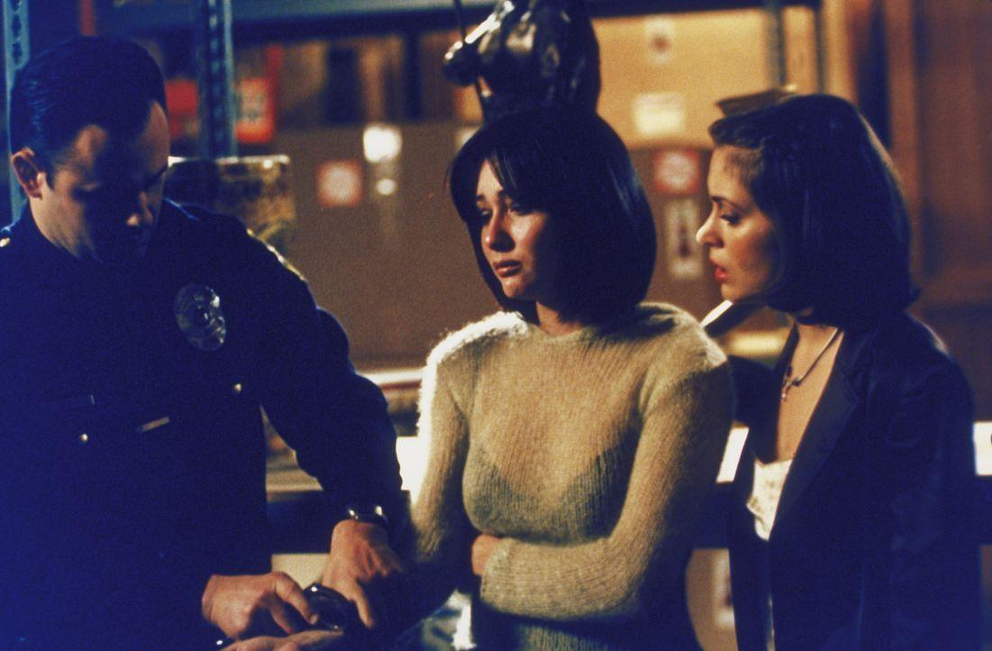 Phoebe (Alyssa Milano, r.) begleitet ihre Schwester Prue (Shannen Doherty, M.) ins Gefängnis. - Bildquelle: Paramount Pictures