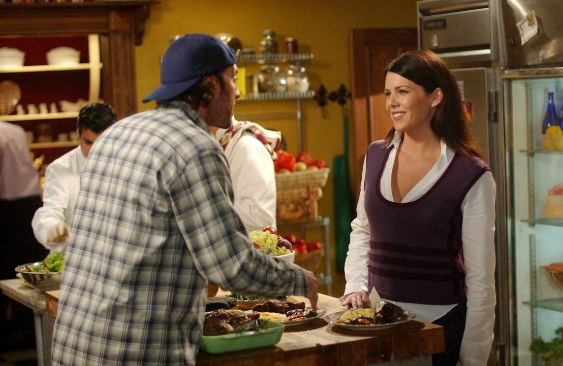 Da Lorelai (Lauren Graham, r.) verzweifelt auf der Suche nach einer Schwangerschaftsvertretung für Sookie ist, erklärt Luke (Scott Patterson, l.) si... - Bildquelle: 2004 Warner Bros.