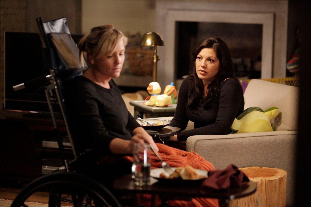 Während Bailey von ihren ehemaligen Schützlingen genervt ist, stehen Callie (Sara Ramirez, r.) und Arizona (Jessica Capshaw, l.) vor einen schweren... - Bildquelle: ABC Studios