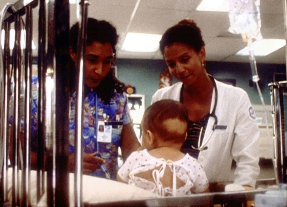 Jeanie (Gloria Reuben, r.) hofft, dass sie den kleinen Carlos in Pflege nehmen darf. - Bildquelle: TM+  2000 WARNER BROS.