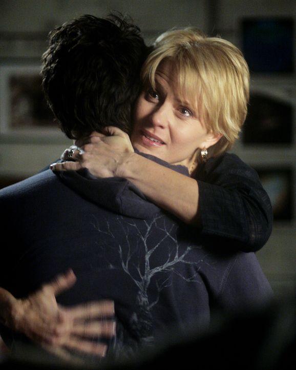 Stephen (Bruce Thomas, vorne) versucht, seine Frau zu trösten. Nicole (Marguerite MacIntyre, hinten) zweifelt nämlich an ihren Fähigkeiten als Th... - Bildquelle: TOUCHSTONE TELEVISION