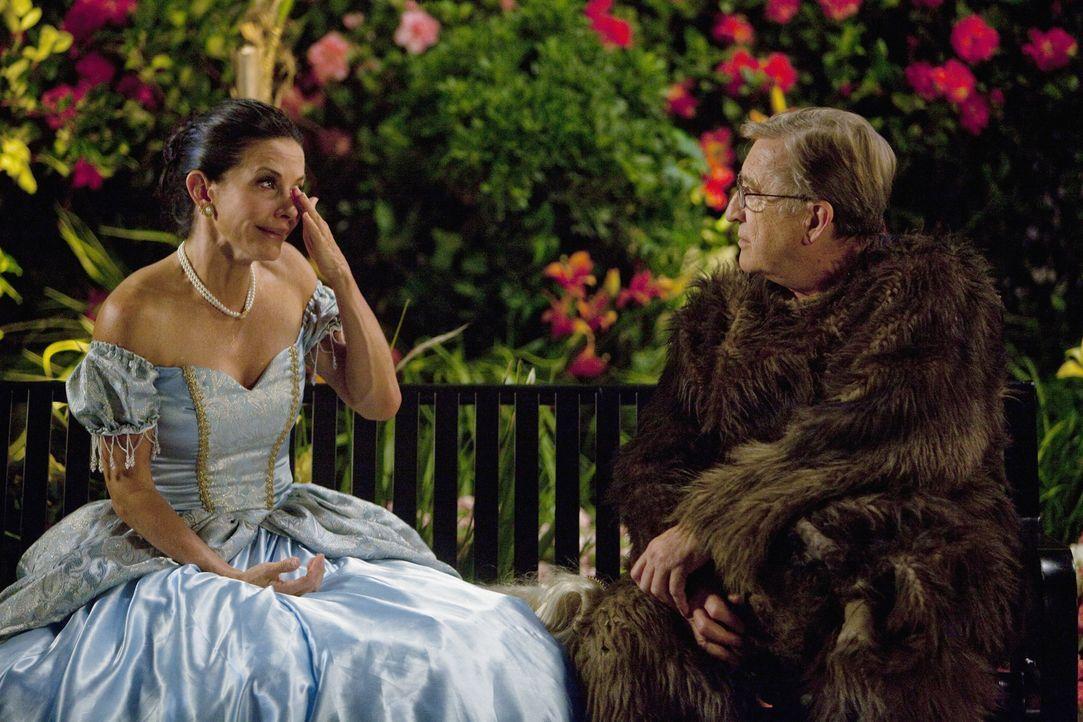 Kommen sich wieder näher: Jules (Courteney Cox, l.) und ihr Vater Chick (Ken Jenkins, r.) zueinander ... - Bildquelle: 2010 ABC INC.