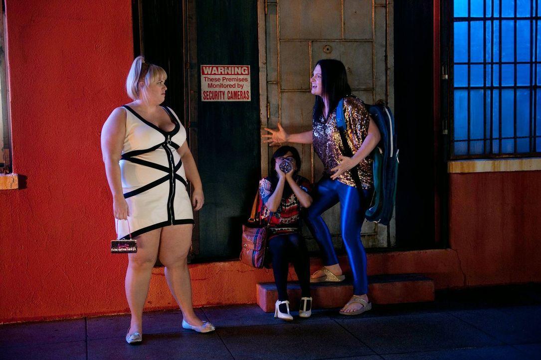 Erleben eine bitter böse Enttäuschung: Kimmie (Rebel Wilson, l.), Helen-Alice (Liza Lapira, M.) und Marika (Lauren Ash, r.). Kann Richard die fatale... - Bildquelle: Warner Brothers
