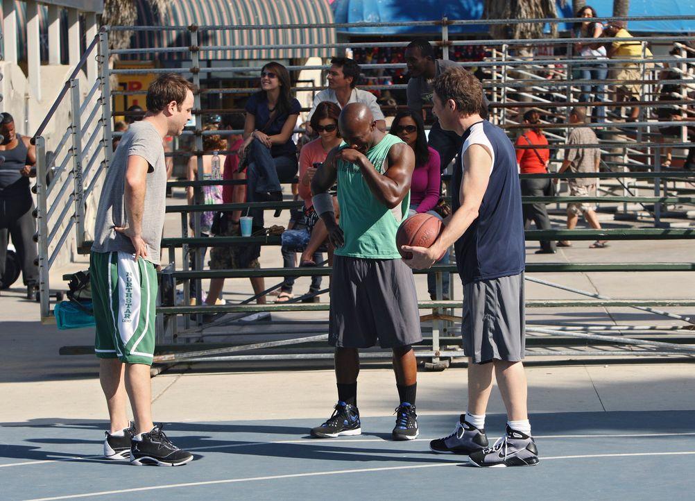 Während Cooper (Paul Adelstein, l.), Sam (Taye Diggs, M.) und Pete (Tim Daly, r.) auf dem Basketballplatz ihr Bestes geben, flirtet Naomi, die im Pu... - Bildquelle: ABC Studios
