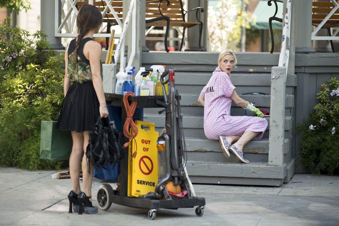 Zoe (Rachel Bilson, l.) will ihren Augen nicht trauen, als sie Lemon (Jaime King, r.) beim Putzen sieht. Da kann doch irgendwas nicht stimmen ... - Bildquelle: Warner Brothers